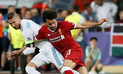 Pha va chạm dẫn đến chấn thương của Salah. Ảnh: AFP.