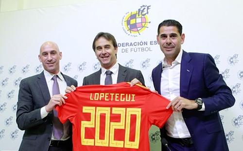 Hierro (phải) trong buổi gia hạn hợp đồng của Lopetegui cách đây một tháng. Ảnh: AFP.