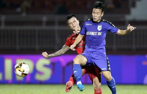 Bình Dương (áo xanh) kết thúc lượt đi V-League với 19 điểm, tạm đứng thứ tư. Ảnh: Đức Đồng.