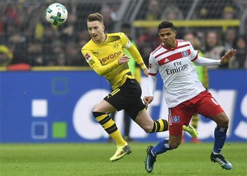 Reus (áo vàng)là một trong những cầu thủ hay nhất ở Bundesliga bảy năm qua, dù chấn thương khiến anh nghỉ thi đấu rất nhiều. Ảnh: DPA.