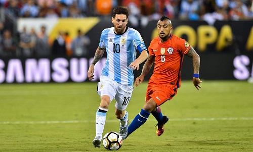 Vidal từng hai lần đánh bại Messi trong các trận chung kết Copa America. Ảnh: AFP.