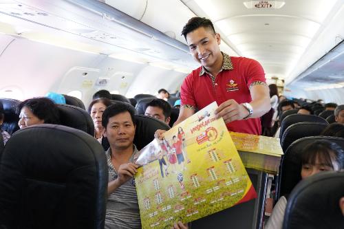 Trước giờ khai màn sự kiện bóng đá được trông đợi nhất hành tinh, Vietjet gửi tặng hàng chục nghìn bộ lịch thi đấu cho hành khách tại các sân bay, quầy làm thủ tục, phòng vé, trên tàu bay và các quầy báo&