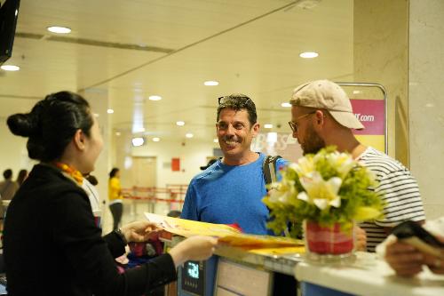 Tại sân bay, du khách nước ngoài cũng hào hứng khi cùng Vietjet chào đón giải đấu hấp dẫn và rất được chờ đón.