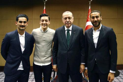 Từ trái sang: Gundogan, Ozil, Erdogan và tuyển thủ Thổ Nhĩ Kì Cenk Tosun. Ảnh: AP.
