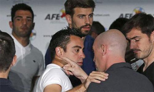 Xavi (áo trắng) trong một lần nói chuyện với Rubiales ở Hiệp hội cầu thủ.