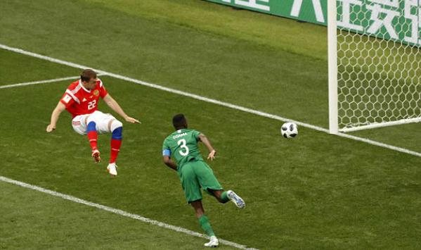 Bàn thắng nâng tỷ số lên 3-0 của Dzyuba đã chấm dứt hy vọng củaẢrập Xêút. Ảnh:AP.