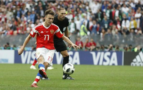 Golovin có đóng góp lớn vào lối chơi của Nga. Ảnh:AP.