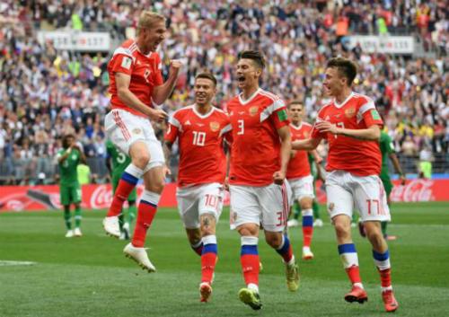 Cầu thủ Nga chia vui bàn mở tỷ số của Yuri Gazinskiy. Ảnh: Reuters.