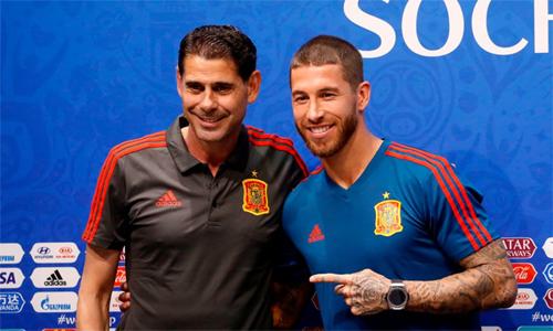 Ramos tươi cười cùng HLV Hierro trong cuộc họp báo trước trận Tây Ban Nha - Bồ Đào Nha.