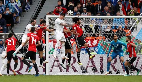 Gimenez đánh đầu tung lưới Ai Cập khi trận đấu chuẩn bị bước sang thời gian bù giờ. Ảnh: Reuters.