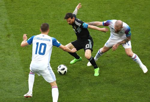 Mỗi khi Messi có bóng, luôn có hai cầu thủ Iceland ập vào tranh chấp.