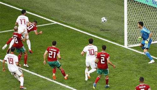 Bouhaddouz đánh đầu phản lưới như một tiền đạo thực sự của đối phương. Ảnh: Reuters