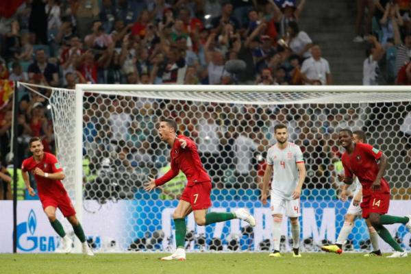 Ronaldo lần đầu đá phạt trực tiếp thành bàn ở một giải đấu lớn. Ảnh: Reuters.