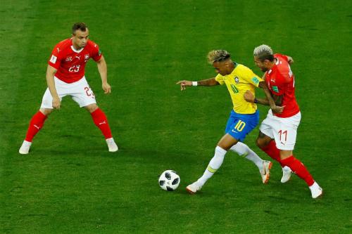 Behrami theo sát Neymar ở trận này. Ảnh: Reuters.