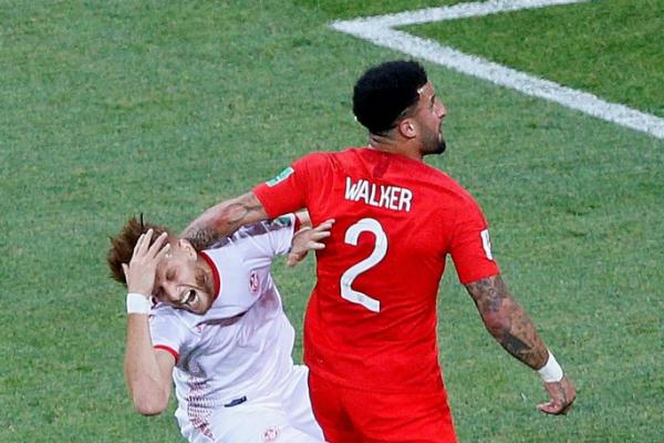 Walker đánh nguội đối thủ trong vòng cấm...