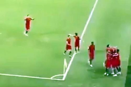 Một cầu thủ Bồ Đào Nha nhắc đồng độicuối cùng ở lại trong sân.