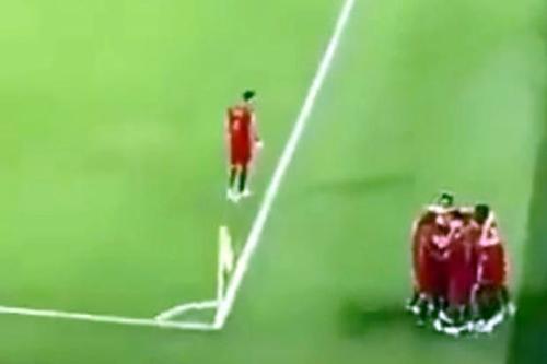 Jose Fonte đừng ngoài, nhìn đồng đội mừng bàn thắng.