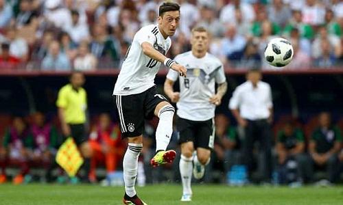 Ozil thi đấu mờ nhạt trong trận thua Mexico 1-2. Ảnh: REX.