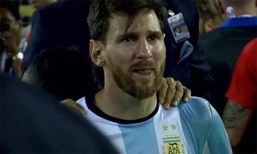 Messi rơi lệ sau khi sút hỏng luân lưu khiến Argentina thua trong trận chung kết Copa America 2016.