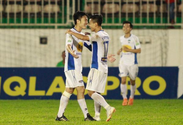 Xuân Trường và Văn Thanh vui mừng sau bàn thắng mang về ba điểm cho HAGL. Ảnh: Hùng Linh.