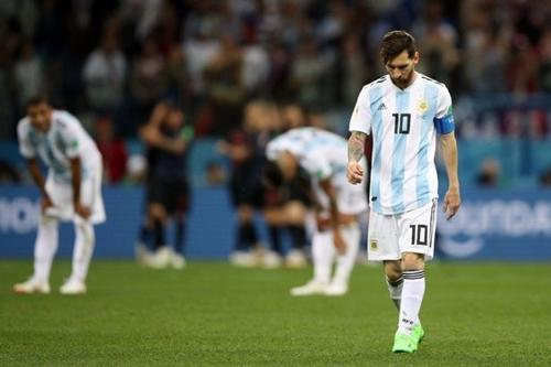 Messi thất thểu trong trận thua Croatia tối 21/6. Ảnh: AP.
