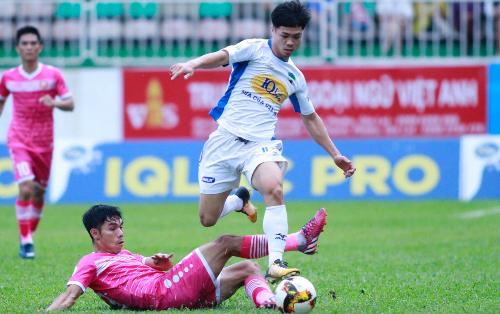 Thắng ngược Sài Gòn FC tại vòng 15 hôm qua giúp Công Phượng và đồng đội chấm dứt mạch ba trận thua liên tiếp. Ảnh: Hùng Linh.