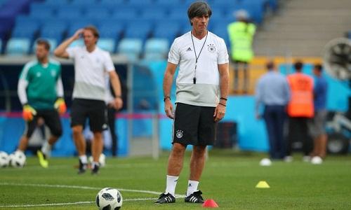 Low muốn học trò thể hiện tinh thần chiến thắng trong trận gặp Thụy Điển. Ảnh: Reuters.