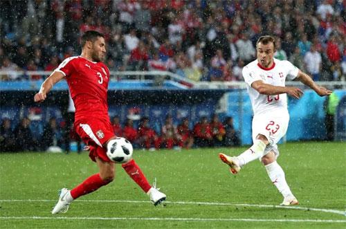 Shaqiri (phải) cũng có một trận đấu thành công khi ghi bàn ấn định chiến thắng.