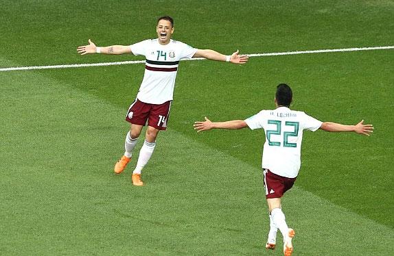 Javier Hernandez và đồng đội bay cao sau trận thắng thứ hai. Ảnh: Reuters
