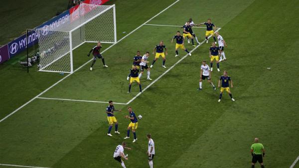 Toni Kroos bước lênchấm đá phạt...