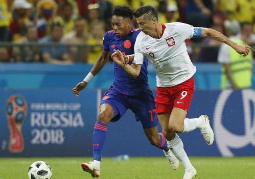 World Cup sớm kết thúc đối với Lewandowski (áo trắng) và đồng đội. Ảnh: AP.