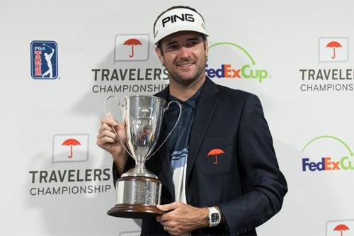 Bubba Watson lần thứ ba nâng cup Travelers. Đây cũng là danh hiệu PGA Tour thứ ba của anh kể từ đầu năm 2018. Ảnh: Golfchannel.