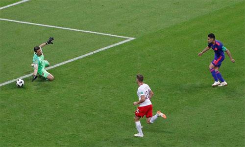 Cú vẩy bóng kỹ thuật của Falcao (áo xanh) khiến thủ môn Ba Lan không thể cản phá. Ảnh: Reuters
