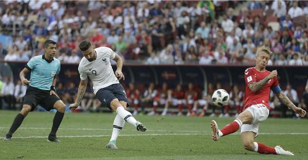 Pha bỏ lỡ đáng tiếc của Giroud. Ảnh: AP.