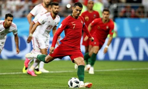 Ronaldo lỡ cơ hội ghi bàn thứ năm từ đầu World Cup, trong trận Bồ Đào Nha hòa Iran. Ảnh: Reuters