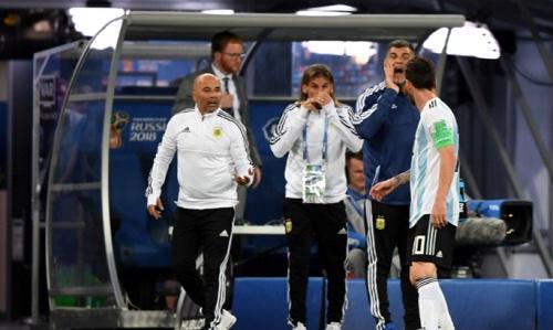 Tình huống Sampaoli hỏi ý kiến Messi về việc cho Aguero vào sân. Ảnh: Ole.