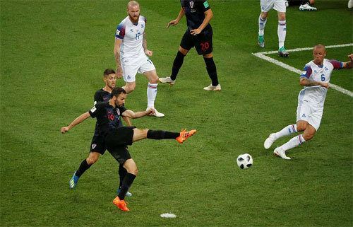 Badelj khiến Iceland phải chịu bàn thua đầu.
