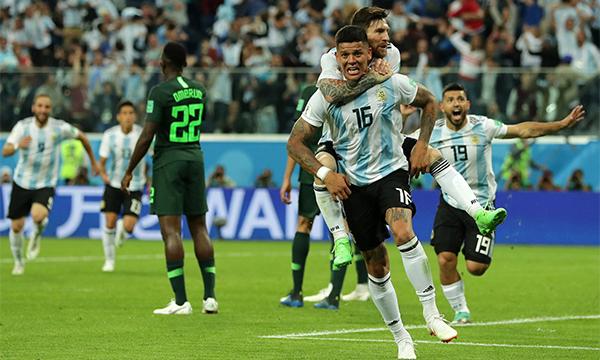 Khoảnh khắc loé sáng kịp thời của Rojo (số 16) đã cứu cho Argentina khỏi thảm kịch bị loại. Ảnh: AP.