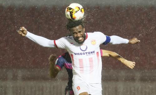 Cuộc chiến trụ hạng V-League 2018 trở nên khốc liệt khi Nam Định (áo trắng), Sài Gòn FC, TP HCM và Cần Thơ chỉ có khoảng cách điểm cách nhau là hai điểm. Ảnh: Đức Đồng.