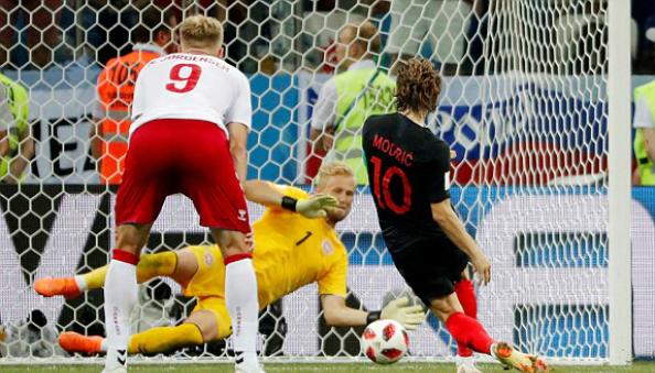 Luka Modric đá hỏng phạt đền ở những phút cuối cùng hiệp phụ. Ảnh:Reuters.