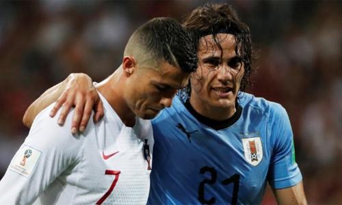 Cavani tập tễnh rời sân trong trận thắng Bồ Đào Nha. Ảnh: Reuters.