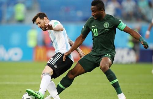 Mikel gác lại nỗi lo cho bố để chiến đấu với Messi và các đồng đội.