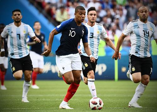 Mbappe khiến người hâm mộ nhớ tới hình ảnh của Ronaldo béo người Brazil.