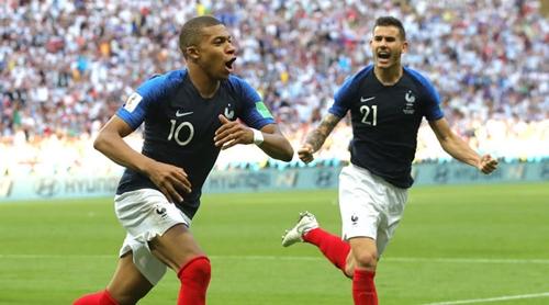 Mbappe (trái) đã bùng nổ với cú đúp vào lưới Argentina. Ảnh: AP.