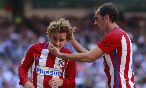 Griezmann và Godin quá hiểu nhau sau bốn năm làm đồng đội tại CLB Atletico Madrid. Ảnh: Reuters