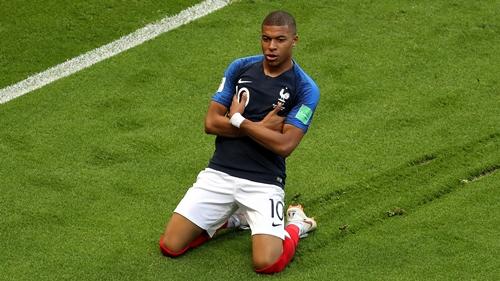 Màn mừng bàn thắng đầy tự tin của Mbappe. Ảnh: AP.