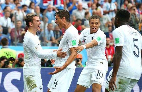 Varane (số 4) mừng bàn thắng với đồng đội. Ảnh: Reuters.
