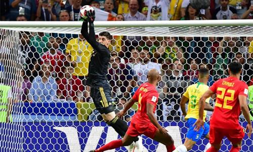 Courtois trong một tình huống giải nguy cho Bỉ.