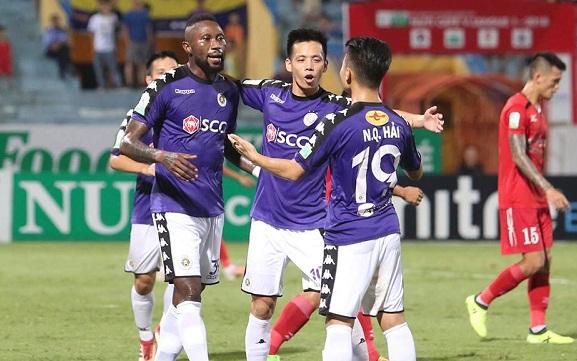 Văn Quyết, Quang Hải và Samson giúp đội nhà tạo mưa bàn thắng trên sân Hàng Đẫy. Ảnh: Ngọc Thành.