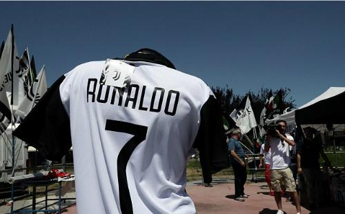 Áo đấu in tên Ronaldo được phân phối ngoại khu sân Juventus. Ảnh: AFP.